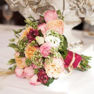 Букет невесты из пионовидных роз и эустом «Яркая я»