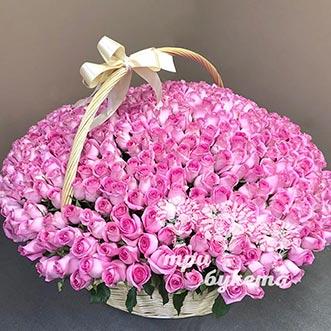 501 розовая роза в корзине